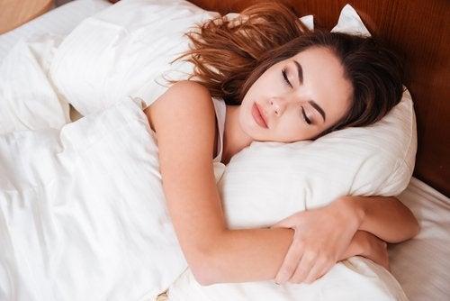 Schlafgewohnheiten gegen dunkle Augenringe
