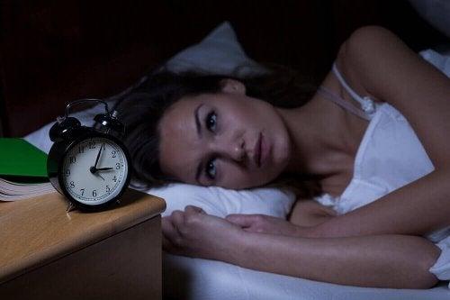 Nebenwirkungen von Stress: Frau mit Schlafstörungen