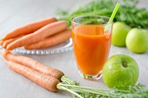 Smoothies zur Stärkung der Haare mit Apfel und Orange