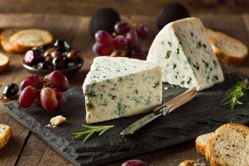 Verschiedene Käsesorten und Blauschimmelkäse
