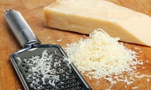 Verschiedene Käsesorten und Frischkäse