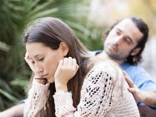 Paar in Konflikt überlegt Trennung