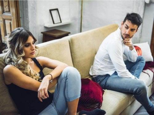 Streitendes Paar denkt an Trennung