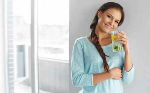 Wasser mit Zitrone und Leinsamen zum Gewichtsverlust?