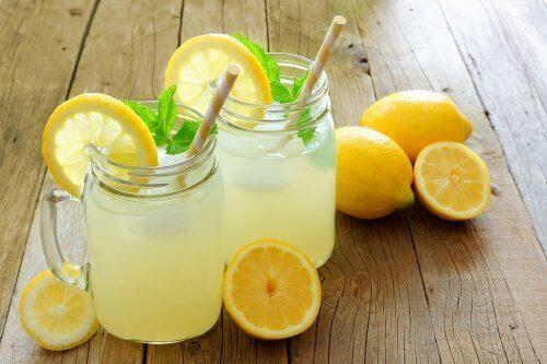 Wasser mit Zitrone und Leinsamen kann den Gewichtsverlust unterstützen