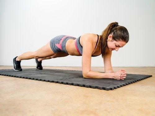 Plankenübung im Fitnessstudio