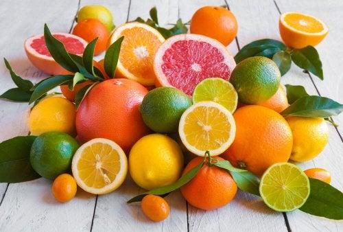 Zitrusfrüchte tragen dazu bei, an der Körperzone des Bauches abzunehmen