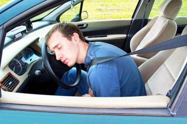 So bleibst du wach beim Autofahren: 9 Tipps
