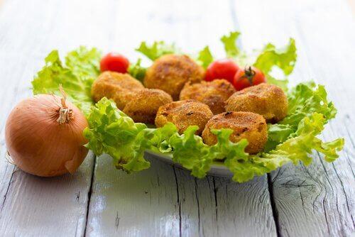 leckere Häppchen auf Salat