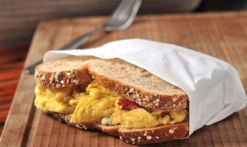 Brot mit Eieromelette als Frühstück für die Muskeln