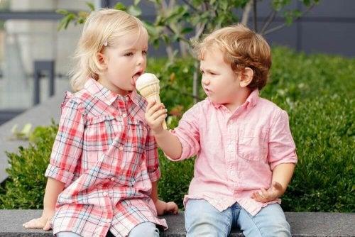 Freundlichkeit gehört zu den Wertvorstellungen, die du deinen Kindern beibringen solltest