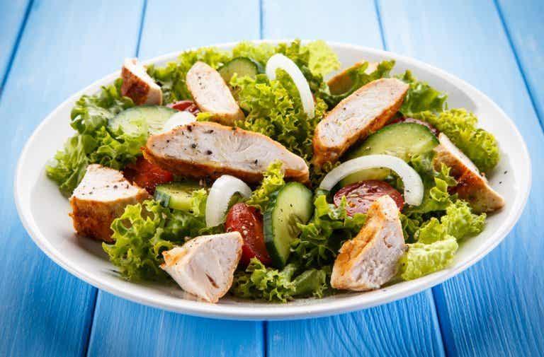 Die 7 schlechtesten Zutaten für einen Salat