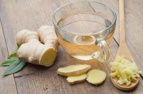 Wasser mit Ingwer aromatisieren