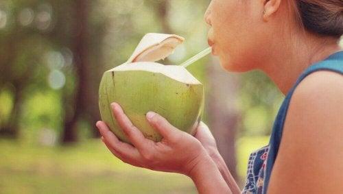 Smoothie mit Kokoswasser und Spirulina