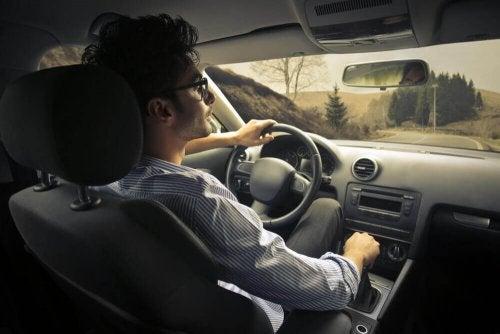Langsam fahren wach beim Autofahren