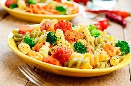 Lebensmittelkombinationen aus Nudeln und Gemüse.