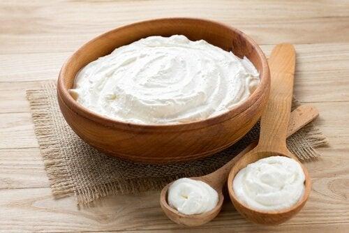 Entfernung von Mitessern mit Joghurt