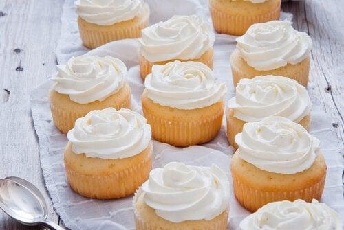 Du möchtest Muffins und Torten verzieren? Lerne, wie du selbst eine Tortencreme herstellen kannst.