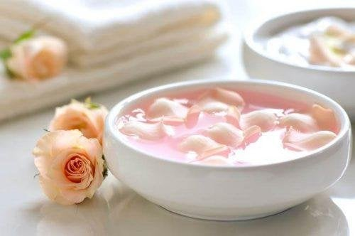 Rosenblätter in Peelings für das Gesicht.