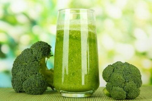 Saft aus Brokkoli, Kopfsalat und Karotte als Naturheilmittel zur Vorbeugung von Osteoporose