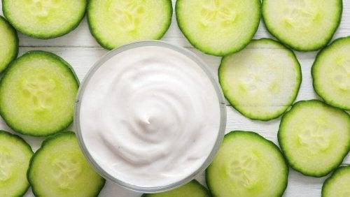 Probiere einen unserer Salate mit Ananas, dieser ist mit Gurke und Joghurt zubereitet.