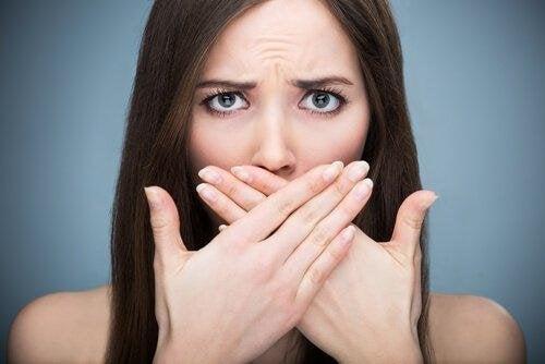 Schlechter Atem durch Vitamindefizit.