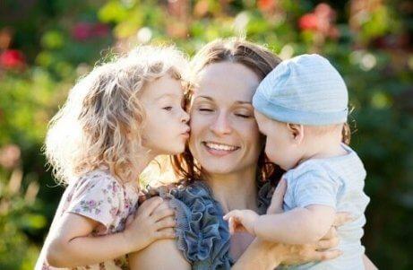 Mutter gibt ihren Kindern immer guten Rat