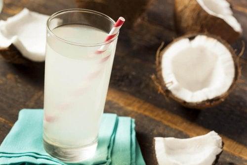Ein Glas Kokosnusswasser hat antioxidative Eigenschaften