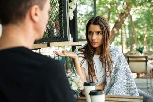 Ist der Partner kontrollsüchtig, wird deine Meinung oft nicht wahrgenommen