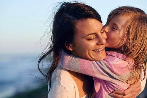 Mädchen will ihre Mutter küssen und umarmen