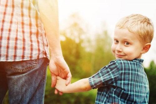 Ein liebevolles Kind durch Zuneigung erziehen