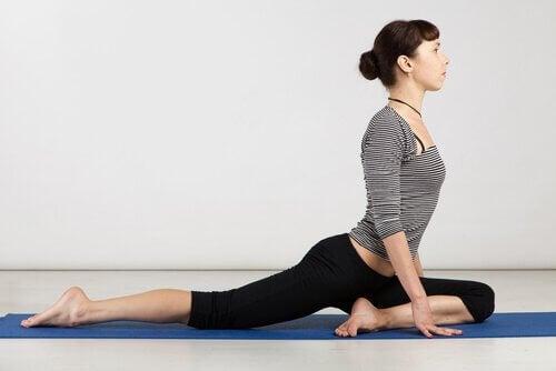 Die einbeinige Taube ist eine der Yoga-Übungen für weniger gelenkige Menschen und verbessert deine Dehnbarkeit