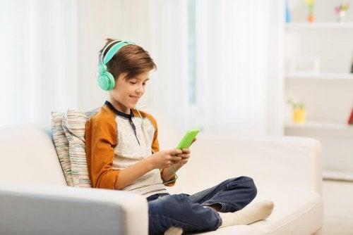 Emotionale Entbehrung: ein Mangel an Zuneigung kann bei Kindern zu einer Abhängigkeit von elektronischen Geräten führen.