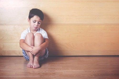 6 Anzeichen für emotionale Entbehrung bei Kindern