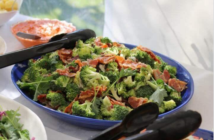 Gebackener Brokkoli mit Schinken: einfaches Hausrezept