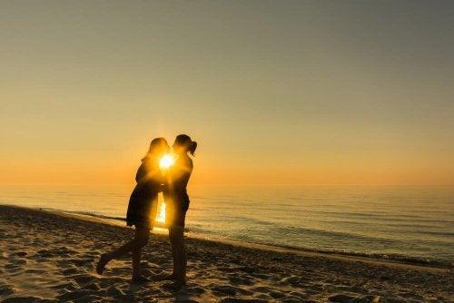 Glückliches Pärchen durch Liebesplan