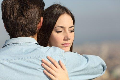 Was mache ich, wenn mich mein Partner betrügt? Umarmung