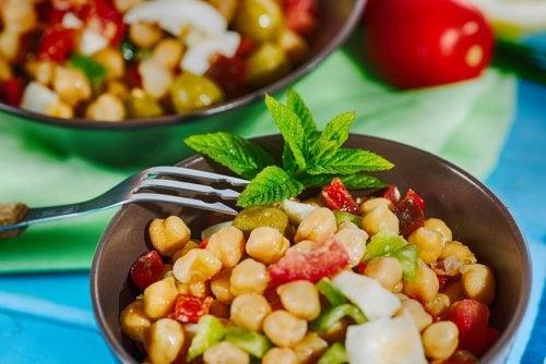Salat mit Hüllsenfrüchten und Krabbenstangen