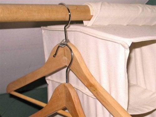 Kleiderbügel kann man durch Getränkedosenclips platzsparend aufbewahren.