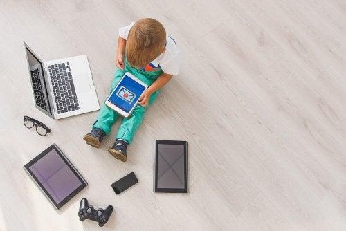 Kleinkind und Smartphone