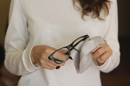 Kratzer in der Brille mit diesen 6 Tricks entfernen