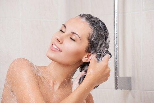 Behandlung fettiger Haare mit Meersalz