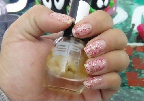 Mit einer Nagelbehandlung die Nägel stärken