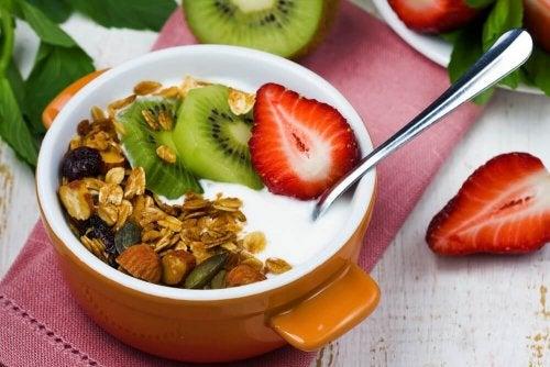 Müsli mit griechischem Joghurt enthält viele Proteine beim Frühstück