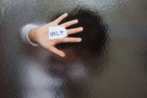 Wer sich als Mutter einsam fühlt, muss sich nicht schämen, um Hilfe zu bitten.