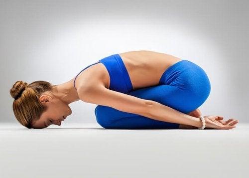 Die Position des Kindes ist eine der Yoga-Übungen für weniger gelenkige Menschen und bringt Dehnung Entspannng