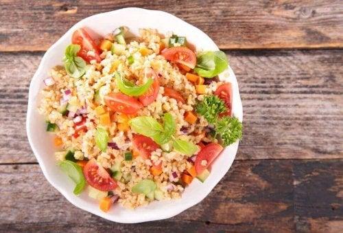 Quinoa-Salat mit Gemüse schmeckt gut und ist gesund.