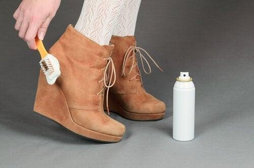 Reinigung verschiedener Arten von Schuhen