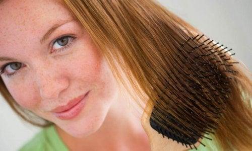 Die Haare nicht verknoten bei wunder Kopfhaut