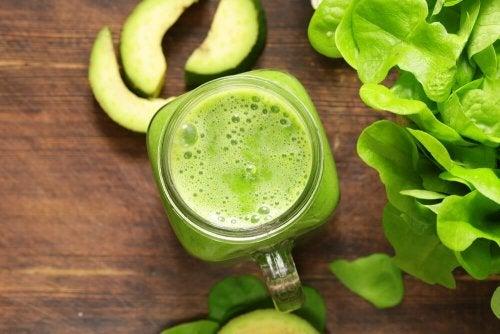 Ein Smoothie aus Joghurt, Apfel und Mandeln ist ein Naturheilmittel zur Vorbeugung von Osteoporose
